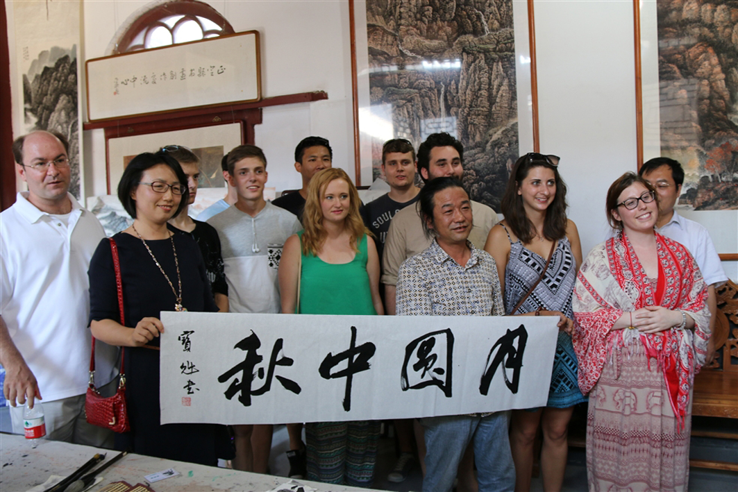 foreigh students learing Calligraphy in China's university