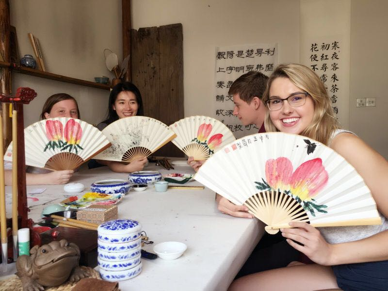 Chinese language learners learing how to draw a traditional Chinese-style folder paper fans.